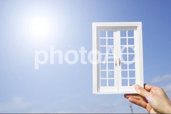 青空と白い扉の写真