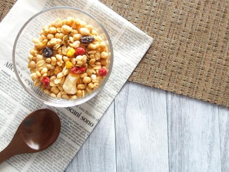 フルーツグラノーラ シリアル 朝食 食品 健康食品 美容 健康 ダイエット 食べ物 麦 玄米 ドライフルーツ イチゴ レーズン ビタミン 食物繊維 栄養 穀物 木目