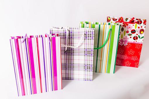 ショッピング 買い物 休日 紙袋 ショッパー ショッピングバッグ バッグ 袋 手提げ袋 紐 荷物 包装 ギフト プレゼント セール 贈り物 店 デパート 百貨店 柄 模様 花柄 ストライプ チェック 可愛い カラフル ファンシー 並べる 複数 置く 白背景