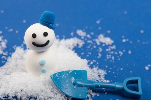 シャベル スコップ 帽子 青 白 白い 青 青い ブルー 笑った 笑っている クレイドール クレイ 人形 立体 クラフト クレイアート 粘土 ねんど 粘土作品  雑貨 アート かわいい かわいらしい ナチュラル 淡い 柔らかい 優しい 癒し 環境 天気 季節 冬  天気予報 気象予報 雪 スノー 雪ダルマ 雪だるま
