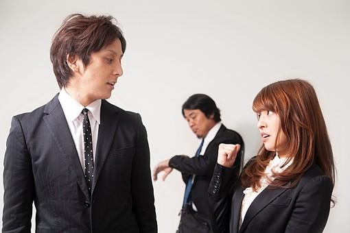 人物 日本人 男性 女性 サラリーマン  OL 20代 40代 若者 上司  部下 屋内 白バック 白背景 会社  オフィス 3人 複数 スーツ ビジネスマン うさわ話 愚痴 陰口 内緒 呆れる 悪口 オーバーリアクション mdfj012 mdjm009 mdjm010