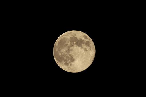 夜 空 満月 月 十五夜 中秋の名月 天体 自然 月見 背景 和 黒バック 月夜 宇宙 衛生 金 黄色 輝く 光り 反射 陰影 クレーター 暗い 屋外 天体観測