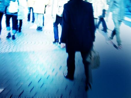 ビジネス ビジネスマン 人物 人 人々 歩行 歩く 歩行者 男性 女性 都市 都会 忙しい 繁忙 ブレ 青 ブルー 歩道 人混み 人ごみ 東京 逆光 ビジネスイメージ 繁華街 男 女 大人 成人 企業 会社