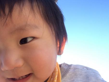子供 赤ちゃん 男 男の子 男子 アップ イメージ 笑顔 公園 旅行 家族 息子 長男 次男 成長 ワンパク 接近 カメラ