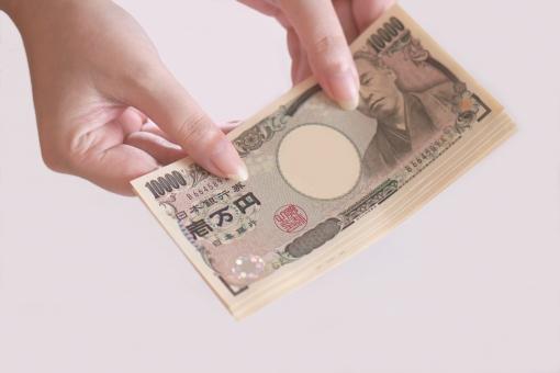 金銭の取引(女性の手)の写真