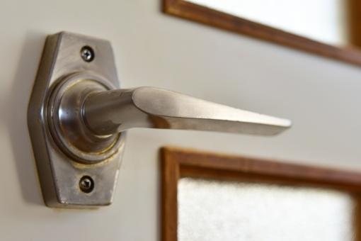 鍵穴 ドア 玄関 オートロック マンション ドアノブ ノブ 取っ手 とって 部屋 扉 金属 窓 小窓 ホワイト 白 アパート 賃貸 防犯 とじまり 戸締まり 戸締り 物騒 世の中 カギ かぎ 鍵 セキュリティ セキュリティー インテリア 住宅