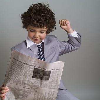 外国人 外人 白人 男性 男 男の子 子供 子ども 幼児 パーマ 天然 幼稚園 小学生 ビジネス ビジネスマン 仕事 働く 労働 サラリーマン 営業 スーツ ネクタイ ストライプ Yシャツ ワイシャツ 新聞紙 新聞 ニュース 情報 持つ 見る 得る 情報取得 伸び 伸ばす ストレッチ 英字 英語 mdmk011