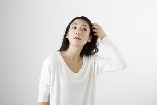 女性 女 女子 ウーマン woman 20代 30代 モデル 美人 長髪 おすすめ ポーズ 黒髪 日本人 白背景 白バッグ   レディ lady   髪 掻き上げる かき上げる 髪を掻く 身だしなみ 身嗜み チェック 見る 確認   ロングヘアー mdjf010