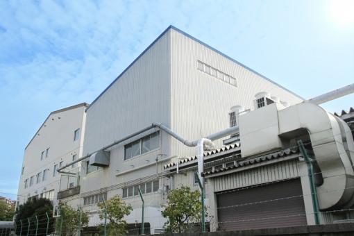 青空と工場外観の写真