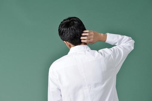 日本人 男性 医療 白衣 1名 一名 一人 20代 30代 黒板 背景 吹き出し 宣伝 広告用 バナー用 デザイン用 素材 ユニフォーム 診察 研究家 専門家 実験 薬剤師 医者 医師 ドクター 実験 さわやか 真面目 まじめ 好青年 後姿 後ろ姿 背面 背中 バックスタイル 頭をかく かゆい ごまかす 困った 困っている 困る 緑 グリーンバック mdjm001
