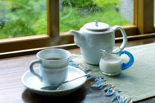 窓辺 コーヒータイム ホットコーヒー ティーカップ 湯気 あったかい 一服 窓 外は雨 新緑 雨 梅雨 くつろぎ 光 室内 木の窓 待ち受け画面 ポストカード コピースペース 白いカップ 食器 ティータイム インテリア