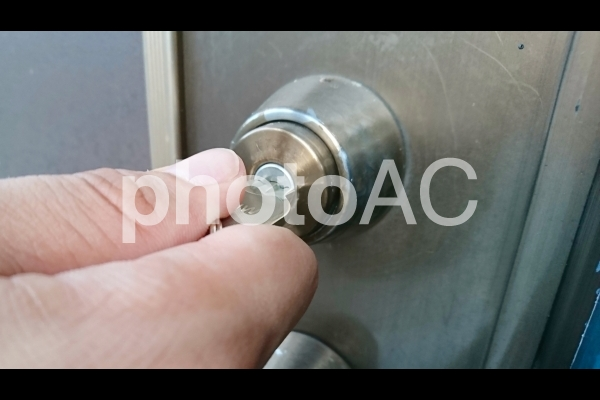 ドアの鍵をかけるの写真