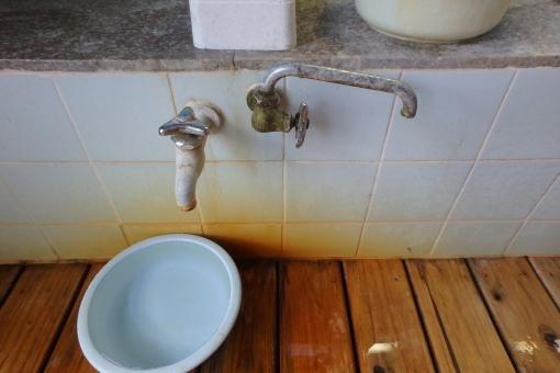 建築 浴室 風呂 設備 水道 カラン 洗面器 洗い場 錆 温泉 レトロ