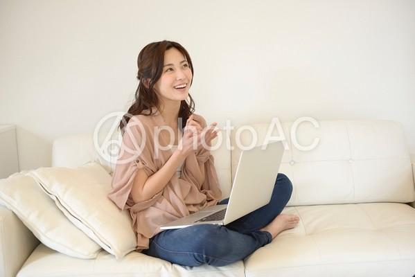 ソファでPCを触る女性20の写真