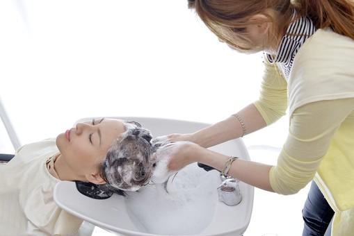 人物 女性 日本人 若い 若者  20代 お客 モデル カットモデル 美容室  美容院 ヘアーサロン  仕事 職業 美容師  屋内 お店 店内 ヘアカット ヘアセット セミロング  美容 ビューティー おしゃれ オシャレ ケープ  シャンプー台 洗髪 洗う 髪の毛 シャンプー 横顔 mdjf003 mdjf025