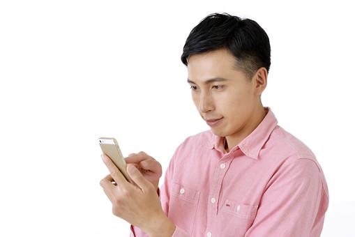 人物 日本人 男性 日本人男性 おすすめ ポーズ 20代 30代 私服 シャツ ピンク カジュアル 表情 屋内 白バック 白背景 上半身 スマホ スマートフォン 携帯 余白 メール 返信 送信 操作 mdjm001