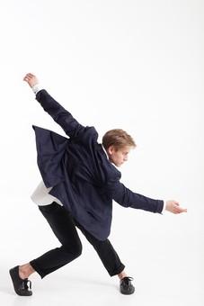 ダンス ダンサー ポーズ 体勢 姿勢 体位 ステップ 踊る 踊り 運動 スポーツ 振り付け 振付 振り 男性 男 外国人 金髪 若い 全身 身体 体 ねじる ひねる 腕 上げる 伸ばす 膝 曲げる 横顔 背景 白 ホワイト 接写 クローズアップ mdfm074