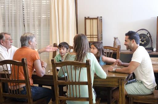 外国 海外 屋内 部屋 室内 ダイニング テーブル 人物 外人  外国人 家族 ファミリー 親子 三世代 三世代家族 両親 子ども 子供 こども 男の子 少年 祖母 おばあちゃん 母親 父親 お父さん お母さん 老人 シニア 30代 60代 70代 くつろぐ 寛ぐ リラックス 集合 集まる 会話 おしゃべり 団欒  mdjms003 mdfs006 mdmk007 mdfk010 mdfm040 mdff069
