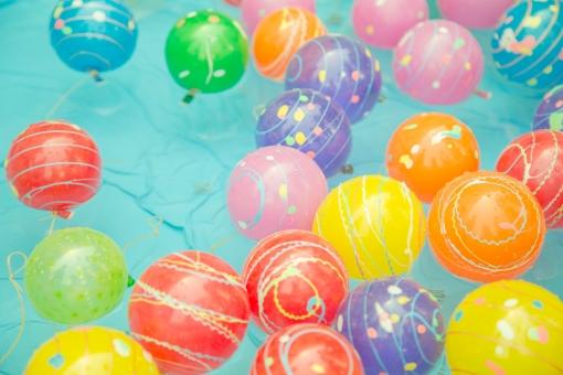 ヨーヨー お祭り 祭 夏祭り ヨーヨー釣り 水風船 屋台 出店 屋台 縁日 夏 カラフル かわいい 水 さわやか 影 日差し 行事 イベント 水 ゲーム 遊び 楽しい 浮く 和風 情緒 風情 風物