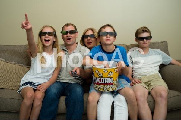 映画鑑賞する家族2の写真