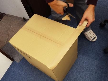 ダンボール,段ボール,ガムテープ,テープ,引越し,引っ越し,箱,荷物   梱包   荷造り   整理,整頓,運送,整理整頓,白テープ,巻き,粘着テープ   紙テープ,布テープ,宅急便,引っ越し作業,移住 スリッパ 室内 オフィス 事務所 カーペット はさみ ハサミ 男性の手