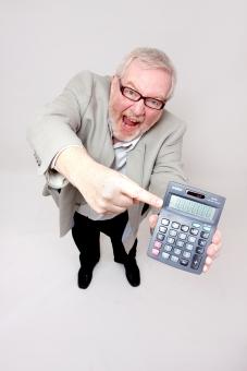 シニア 外国人 正面 ひげ 髭 全身 髭面 白髪 シャツ ジャケット グレー 黒 ズボン 一人 初老 白背景 室内 立つ ヤッター 感激 見て見て 見せる 計算機 数字 指し示す これ ドヤ顔 見上げる 指差す 差し出す 電卓 男性 全身 mdjms002