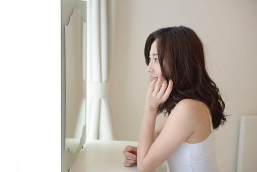 日本人 女性 女 30代 アラサー ライフスタイル 部屋 ベッドルーム 寝室 室内 ポーズ キャミ キャミソール 部屋着 ナチュラル ミディアムヘア 鏡 ドレッサー 横顔 メイク 化粧 チェック 顔色 準備 仕度 したく  笑顔 スマイル 仕草 mdjf013