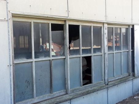 割れたガラス 廃墟 工場 跡地 古い 危険 危ない 窓ガラス 窓がらす 割れた窓 マド まど がらす end END 企業 倒産 負債 立入り禁止 不安 未来 暗い 真っ暗 先行き 先行き不安 停滞 終わり ジエンド ゲームオーバー 終了