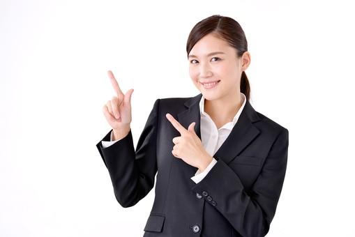 人物 日本人 女性 若い 若者  20代 スーツ 就職活動 就活 就活生  社会人 OL ビジネス 新社会人 新入社員  フレッシュマン 面接 真面目 清楚 屋内  白バック 白背景 上半身 指差し 上 ポイント 案内 説明 ガイド アドバイス 両手 注目 ビジネスマン mdjf007