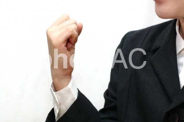 こぶしを握るポーズの写真