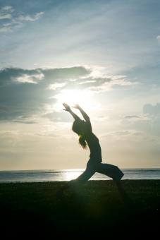 ヨガ yoga バリ 海でヨガ 女性ヨガ 朝日 ウォーリア1 ヨガポーズ