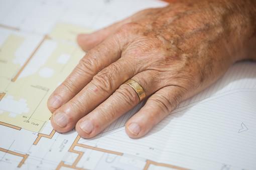 人物 老人 お年寄り 高齢者 シルバー   年老いた手 ハンドパーツ 手 指 ハンド   パーツ 手の表情 年老いた手 皺 しわ   シワ クローズアップ 男性 おじいさん おじいちゃん 片手 手の甲 設計図 見取り図 図面 指輪 手元 手先 指先