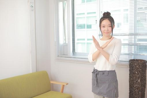 カフェ 喫茶店 コーヒーショップ パーラー  茶房 カフェテリア 飲食店 レストラン 人物 女性 女子 若い 若者 店員 スタッフ 従業員 職員 仕事 労働 バイト 社員 フリーター 接客 サービス もてなし ばつ 不可 日本人  mdjf026