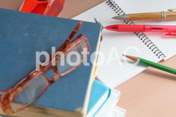本とメガネ横位置2の写真