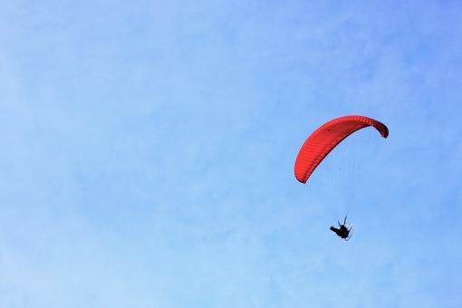 パラグライダー グライダー パラシュート 赤 青 空 青空 飛行 スポーツ 高所 アウトドア