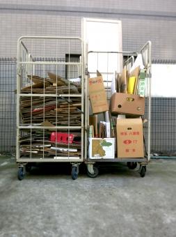 段ボール 箱 はこ リサイクル ゴミ 廃棄 処分 台車 収集 資源 駐車場 店 裏 移動 髪 ダンボール 紙