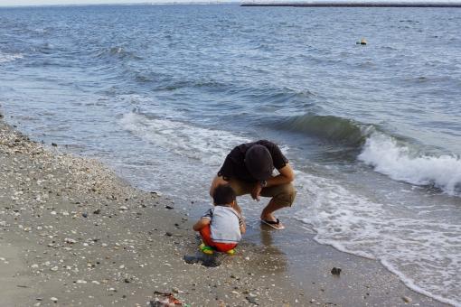 父子 親子 お父さん 子供 赤ちゃん 海 海岸 砂浜 潮干狩り 夏 波 波際