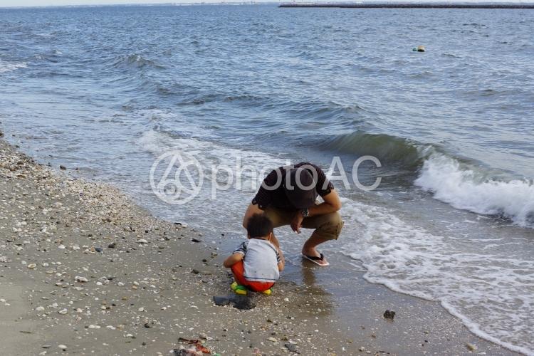 海での親子の写真