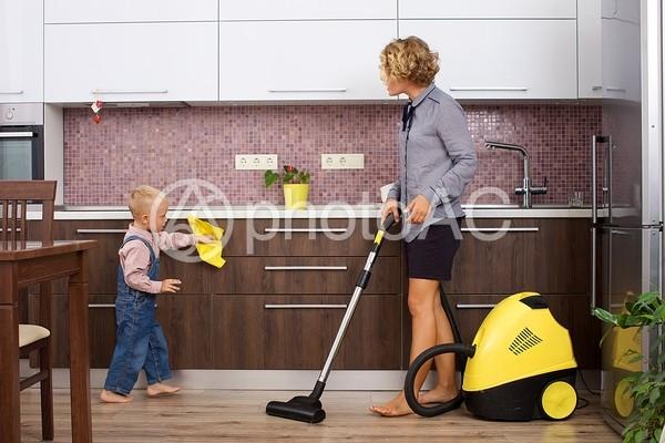 掃除の真似をする息子と掃除機をかけるワーキングマザー16の写真