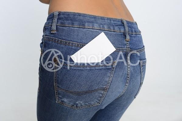 ジーンズのポケットに入ったカード5の写真
