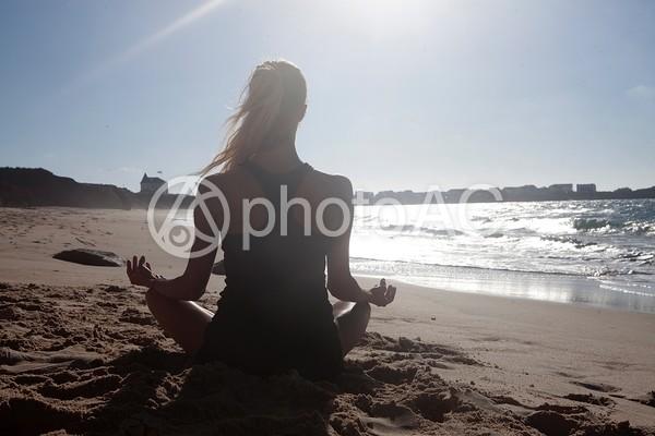 浜辺でヨガをする外国人女性2の写真