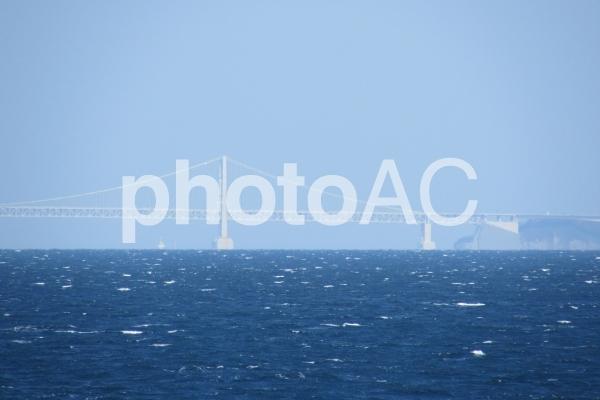 霞む鳴門海峡大橋の写真