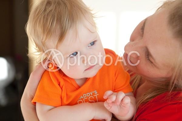 抱かれた赤ちゃん1の写真