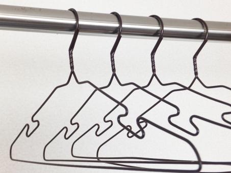 ハンガー 洗濯 衣類 針金 衣紋掛け 茶 服 洗濯物 洋服 衣服 店舗 ストック ぶら下げる 日用品 洗濯室 ランドリー ポール 物干し竿 室内 干し 干す 乾かす 衣装 かける 掛ける クローゼット 取り込む 押入れ タンス 洋服店