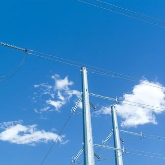 青空 空 お空 大空 晴天 晴れ 快晴 青色 青い 青天井 蒼穹 蒼天  爽やか 爽快 さっぱりした 健康的 電柱 電信柱 電気 電線 送電 送電線 ブルースカイ 伝送線 ケーブル 雲