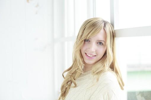 人物 女性 20代 外国人 外人  外国人女性 外人女性 モデル 若い セーター  ニット 私服 カジュアル ポーズ 金髪  ロングヘア 屋内 室内 部屋 窓辺 もたれる 明るい 上半身 笑顔 微笑む ポートレート ライフスタイル mdff045
