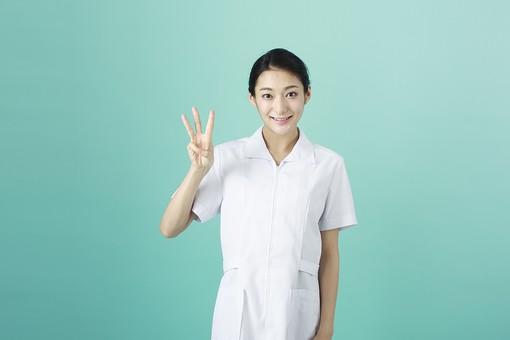 人物 女性 日本人 20代 30代   仕事 職業 医療 病院 看護師  ナース 医者 医師 女医 薬剤師  白衣 看護 屋内 スタジオ撮影 背景  グリーンバック おすすめ ポーズ 上半身 手 指 数字 3 mdjf010