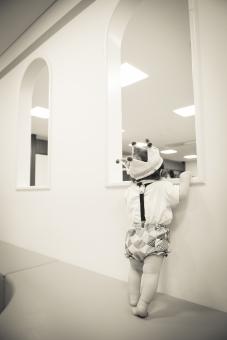 こども 子供 子ども あかちゃん 赤ちゃん ベビー baby 少年 男の子 楽しい エンジョイ 記念写真 記念撮影 0歳 たっち かぼちゃパンツ 冠 かんむり 王冠 クラウン ハンドメイド 後姿 覗く のぞく 窓 まど