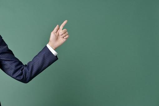 ビジネスマン スーツ グリーンバック 緑 黒板 シャツ 左手 手首 指 指差し チョキ 2本 親指 人差し指 教室 授業 先生 仕事 指差し 指さす ビジネス 説明 サラリーマン 男性 メンズ 左腕 右上