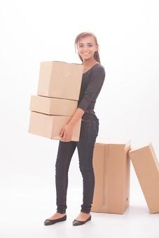 ダンボール 箱 段ボール 荷物 梱包 小包 段ボール箱 複数 積む 白背景 白バック 輸送 引っ越し 引越し 運送 収納 荷造り 宅急便 四角 長方形 屋内 紙 板紙 ペーパー 運ぶ 持ち上げる 女性 女 外人 外国人 人 ジーンズ 黒色 mdff068